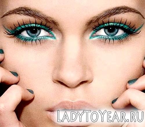 Бірюзова підводка на сіро-блакитних очах фото