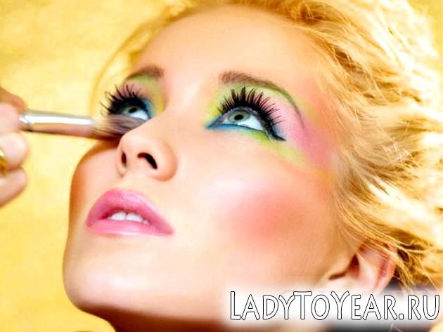 Яскравий багатобарвний макіяж фото