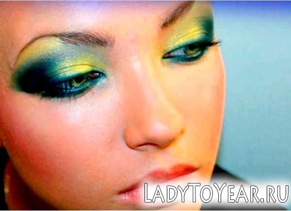Приклад яскравого макіяжу для зелених очей фото